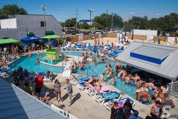 12 Incredible Swim-Up Pool Bars in the U.S. | Cheapism.com
