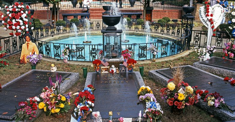 Elvis Presley's grave in the remembrance garden at Graceland