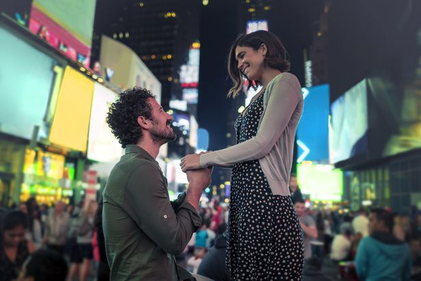 man proposing in times square
