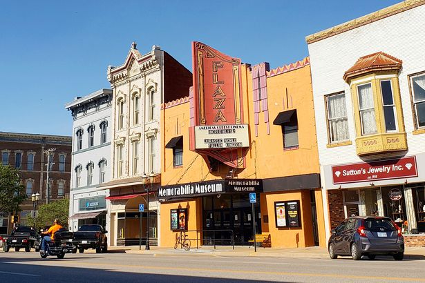 25 Historic Theaters Still Showing Movies Cheapism Com
