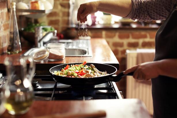 Seasoning food while cooking