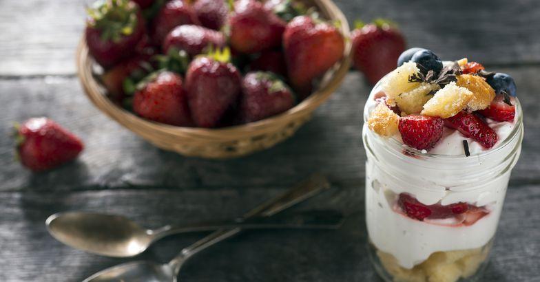 strawberry blueberry cake parfait