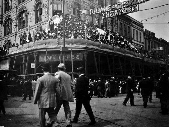 Mardi Gras parade spectators at The Chess Club, 1908